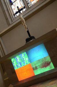 Die liturgischen Farben stehen im Mittelpunkt einer Videoinstallation der Künstlerin Jinuk Choi im Dom. (Foto: Bistum Münster / Ladermann)