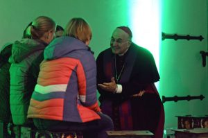 In kleinen Gruppen tauschten sich die Jugendlichen untereinander und mit Bischof Genn darüber aus, was das Leben ausmacht. (Foto: Bischöfliche Pressestelle/Ann-Christin Ladermann)