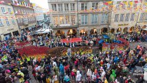 Münsters Narren bei der Ankunft des Prinzenwagens an Rosenmontag auf dem Prinzipalmarkt. (Foto: Thomas M. Weber)