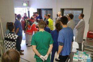 """Die ersten """"Verletzten"""" erreichen die Notaufnahme im Clemenshospital. (Foto: Michal Bührke)"""