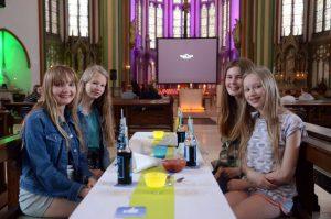 Diana (2.v.l.) feierte ihren Geburtstag mit ihren Freundinnen Antonia (li.), Jette und Sarah (re.) beim Kreuzkirchenkino. (Foto: Bischöfliche Pressestelle / Ladermann)