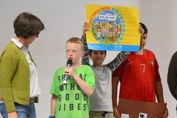 Zwei Schüler stellen im Gespräch mit Schulleiterin Andrea Müting (links) ihr geplantes Projekt zum Thema Kinderrechte vor. (Foto: Bischöfliche Pressestelle/Ann-Christin Ladermann)