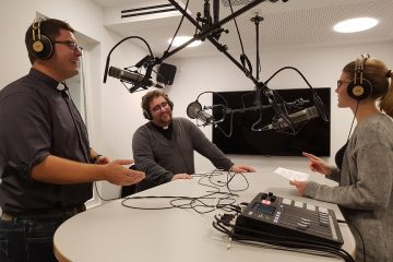 """Redakteurin Ann-Christin Ladermann spricht mit Ralf Meyer (links) und Christoph Hendrix über deren Podcast """"Taufbolde"""". (Foto: Bischöfliche Pressestelle / Martin Wißmann)"""