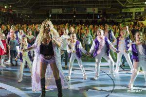 Loona zusammen mit den Tänzern und Tänzerinnen von Funky e. V. (Foto: Carsten Pöhler)
