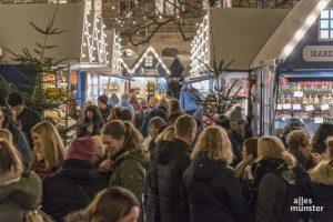 """Solch ein Gedränge, wie hier im letzten Jahr auf dem """"Lichtermarkt"""" an St. Lamberti, wird es dieses Jahr sicher nicht auf Münsters Weihnachtsmärkten geben. (Archivbild: Carsten Pöhler)"""