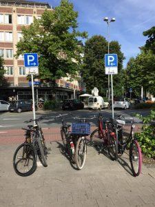 """Damit die E-Scooter nicht """"wild"""" geparkt werden, hat die Stadt Münster eigene Parkmöglichkeiten eingerichtet. Doch nicht immer werden diese freigehalten. (Foto: Steffen Schmidt)"""