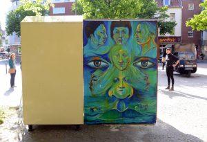 Die von Jorge Hidalgo gestaltete Rückseite soll die Offenheit und Vielfalt der Kulturen im Südviertel zum Ausdruck bringen. (Foto: Bischöfliche Pressestelle/Ann-Christin Ladermann)