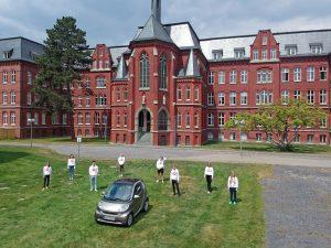 Die Abiturientinnen und Abiturienten des Gymnasiums St. Mauritz in Münster freuen sich über die Möglichkeit, ihren Abschluss gemeinsam feiern zu können. (Foto: Gymnasium St. Mauritz)