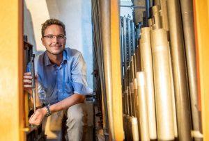 Niklas Piel im Inneren der Orgel in der St.-Mauritz-Kirche: Der 23-Jährige erklärt in Kurzvideos, wie das Instrument funktioniert. (Foto: Bischöfliche Pressestelle, Ann-Christin Ladermann)
