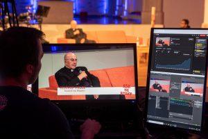In der Jugendkirche in Münster stellte sich Bischof Genn per Livestream den Fragen der Jugendlichen. (Foto: Bischöfliche Pressestelle/ Ann-Christin Ladermann