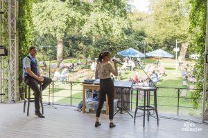 Markus und Stefanie Sparfeldt vor spätsommerlichen Biergartenkulisse im Schlossgarten. (Foto: Carsten Pöhler)
