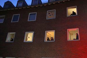 Die Bewohnerinnen und Bewohner des bischöflichen Wohnheims Collegium Marianum singen aus ihren Fenstern heraus Adventslieder. (Foto: Collegium Marianum)