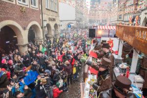 Münsters Narren feiern ausgelassen Rosenmontag auf dem Prinzipalmarkt. (Foto: Carsten Pöhler)