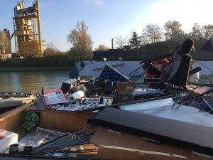 Das Steuerhaus des Schiffes wurde bei der Kollision abgerissen. (Foto: Polizei Münster)