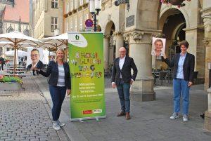 Für den Freiwilligentag 2020 werben (v.l.n.r.): Nicole Lau, OB Markus Lewe und Vera Kalkhoff. Mit Rücksicht auf die Abstandsregeln nicht persönlich anwesend, sondern nur auf Bildern: Markus Schabel (Sparkasse Münsterland Ost) und Andrea Löbbe (Westfälische Nachrichten). (Foto: FreiwilligenAgentur Münster)