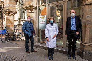 Rupert König, Irene Schur und Jörg Hagemann (von links) freuen sich über die Kooperation für das Testzentrum im Kirchenfoyer. (Foto: Bischöfliche Pressestelle/Ann-Christin Ladermann)
