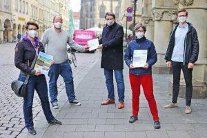 Julia Burkhardt, Carsten Peters (beide GRÜNE), Bürgermeister Klaus Rosenau und Annette Ulrich und Simon Kerkhoff (beide SPD) (v.l.n.r.; Foto: PM)
