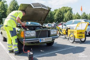 Ein eher ungewohntes Bild: Starthilfe für das Auto von der ADAC-Leeze. (Foto: Carsten Pöhler)