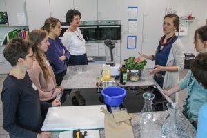 Ein schmackhaftes Pesto aus geretteten Lebensmitteln? Lea Radtke (3 v.r.) zeigt in der Weiterbildung zum Thema Nachhaltigkeit, wie gut das geht. (Foto: Stadt Münster)