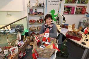 Umweltberaterin Beate Böckenholt freut sich über das große Interesse an der Tauschbörse für Weihnachtsschmuck und auf den Aktionstag am 16. November. (Foto: Stadt Münster / Presseamt)