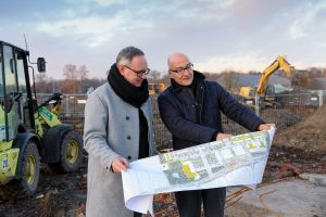 Ortstermin am York-Quartier: KonvOY-Geschäftsführer Stephan Aumann (li.) und Wohn- und Stadtbau-Geschäftsführer Dr. Christian Jaeger. (Foto: Presseamt Münster)