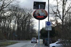 """Die neuen Dialog-Displays am Lindberghweg erinnern mit einem roten """"Langsam"""" an die Höchstgeschwindigkeit von 30 Stundenkilometern (Foto: Stadt Münster)"""