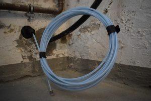Alter Keller, modernes Internetkabel: So sieht es aus, wenn die Glasfaserversorgung im Haus angekommen ist. Nun fehlt noch ein geeigneter Router, um das blitzschnelle Internet in die Wohnung zu leiten. (Foto: Presseamt Münster)