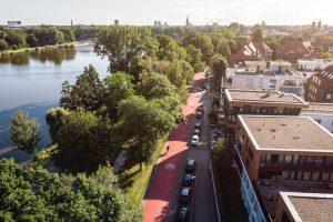 Velorouten werden künftig auch über Fahrradstraßen mit neuen Qualitätsstandards geführt – hier die Bismarckallee auf der Route nach Senden. Häufig müssen dafür Kfz-Stellplätze entfallen, doch der Komfort- und Sicherheitsgewinn für Radfahrende ist hoch. (Foto: Stadt Münster)