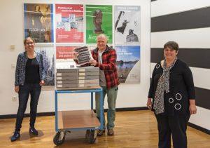 Zur Übergabe der Bildersammlung kamen (v.l.) Stadträtin Cornelia Wilkens, Ralf Emmerich und Dr. Barbara Rommé, Leiterin des Stadtmuseums Münster, zusammen. (Foto: Stadt Münster)
