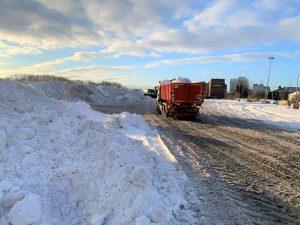 Aufräumen nach dem Schneesturm: Auf der Fläche hinter dem Jovel am Albersloher Weg wird ein Teil der bereits abgefahrenen Schneemengen gelagert. (Foto: Stadt Münster)