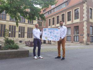 André Wolf, Leiter der Stabsstelle Smart City (links) und Stadtbaurat Robin Denstorff freuen sich über den Förderzuschlag in Höhe von rund 9,5 Millionen Euro für digitale Smart-City-Modellprojekte in Münster. (Foto: Stadt Münster)