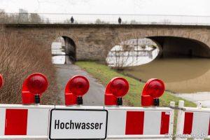 """Auch der Aaseitenweg unter der """"Goldenen Brücke"""" ist gesperrt. (Foto: cabe)"""