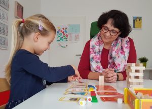 Die unterschiedlichen Effekte von Einzel- oder Intensivtherapien bei Sprachentwicklungsstörungen, wie hier mit Logopädin Denise Siemons-Lühring zu sehen, und alternativen Formen wie Gruppen- oder Teletherapie sollen in der Studie THESES untersucht werden. (Foto: UKM)