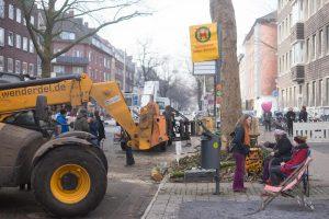 Teilerfolg für die Demonstranten, heute unterlagen die Maschinen, die Bäume bleiben erst mal stehen. (Foto: Hanno Endres)