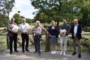 Bei der Übergabe der insgesamt 9.999 Tickets im Zoo (v.l.): Dr. Otfried Debus (Clemenshospital), Dr. Michael Böswald (St. Franziskus-Hospital), Horst Eschler, Dr. Simone Schehka (Allwetterzoo), Dr. Heymut Omran (UKM) und Dr. Ludger Hellenthal (Aufsichtsrat Allwetterzoo).