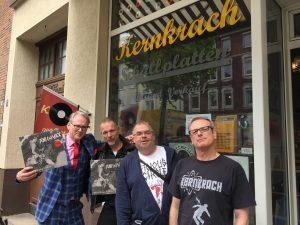 """Auslieferung am Hansaring: Adam Riese und Frank Naber mit Thomas Lenz vom Label """"Power It Up"""" und Jörg Steinmeyer von """"Kernkrach Records"""". (Foto: privat)"""
