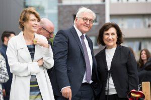 """Elke Büdenbender und Frank-Walter Steinmeier im Gespräch mit Ayşe Erkmen (re.) bei ihrem Projekt """"On Water"""" im Hafen. (Foto: Anne Neier)"""