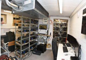 In diesem professionellen Serverraum, der mutmaßlich von dem Hauptbeschuldigten aus Münster betrieben wurde, lagerten Terabytes an Daten mit kinderpornografischem Inhalt. (Foto: Polizei Münster)