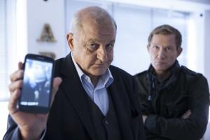 """In """"48 Stunden"""" hilft Georg Wilsberg (Leonard Lansink, re.) Overbeck (Roland Jankowsky) aus der Patsche. (Foto: ZDF / Thomas Kost)"""