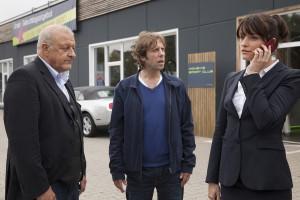 (v.l.:) Georg Wilsberg (Leonard Lansink), Ekki (Oliver Korittke) und Alex (Ina Paule Klink) ermitteln wieder. (Foto: ZDF / Thomas Kost)