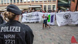 Unter den Augen der Polizei fand die Demonstration gegen Repression und Polizeigewalt statt. (Foto: cabe)