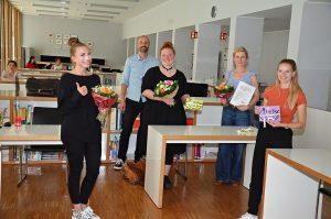 Projektpräsentation der Studierenden am  Hansa-Berufskolleg mit Vertreterinnen des Unternehmens FairTEiLBAR (Mitte) und dem Leiter der  Fachschule Peter Koop. (Foto: HBK-LV)