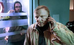Eiskalt: Prof. Boerne (Jan Josef Liefers, li.) ist im Kühlhaus eingesperrt. Doch Kommissar Thiel (Axel Prahl) muss erst noch telefonieren, bevor er den Rechtsmediziner befreit. (Foto: WDR / Thomas Kost)