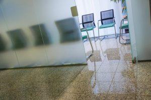 Noch sind die Wartezimmer der Arztpraxen in Sachen Corona-Impfungen leer. (Symbolbild: Rainer Sturm / pixelio.de)