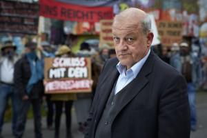 Georg Wilsberg (Leonard Lansink) unter falscher Identität als finanzstarker Investor bei einer Demonstration der Freihafen Initiative Münster. (Foto: ZDF / Guido Engels)