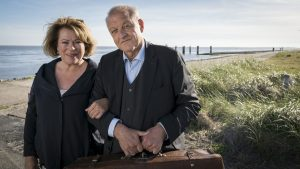 Wenn Anna (Rita Russek) und Wilsberg (Leonard Lansink) gemeinsam Inselurlaub machen, sind Turbulenzen vorprogrammiert. Doch auch ein Mord ist die Reise wert. (Foto: ZDF / Thomas Kost)
