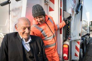 """In der neuen Episode """"Müll ist immer"""" ermittelt Ekki Talkötter (Oliver Korittke, re.) undercover gemeinsam mit Georg Wilsberg (Leonard Lansink). (Foto: ZDF / Thomas Kost)"""