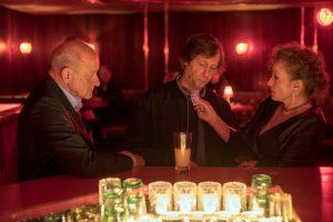 Wilsberg (Leonard Lansink, li.) nutzt Ekkis (Oliver Korittke) Tätigkeit im Finanzamt aus, um Bordellbesitzerin Linda (Angelika Bartsch) ein brisantes Beweisstück abzuschwatzen. (Foto: ZDF / Thomas Kost)