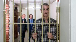 Manni Höch (Heinrich Schafmeister, r.) sitzt hinter Gittern. Gut, dass er Georg Wilsberg (Leonard Lansink, l.) und Ekki Talkötter (Oliver Korittke) seine Freunde nennen kann. Die beiden stellen die Kaution für ihn. (Foto: ZDF / Thomas Kost)