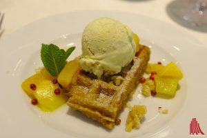 Süßes Ende: Karottenwaffel mit Eis, Salzkaramellmandeln, Mangokompott - und Pfeffer! (Foto: mw)